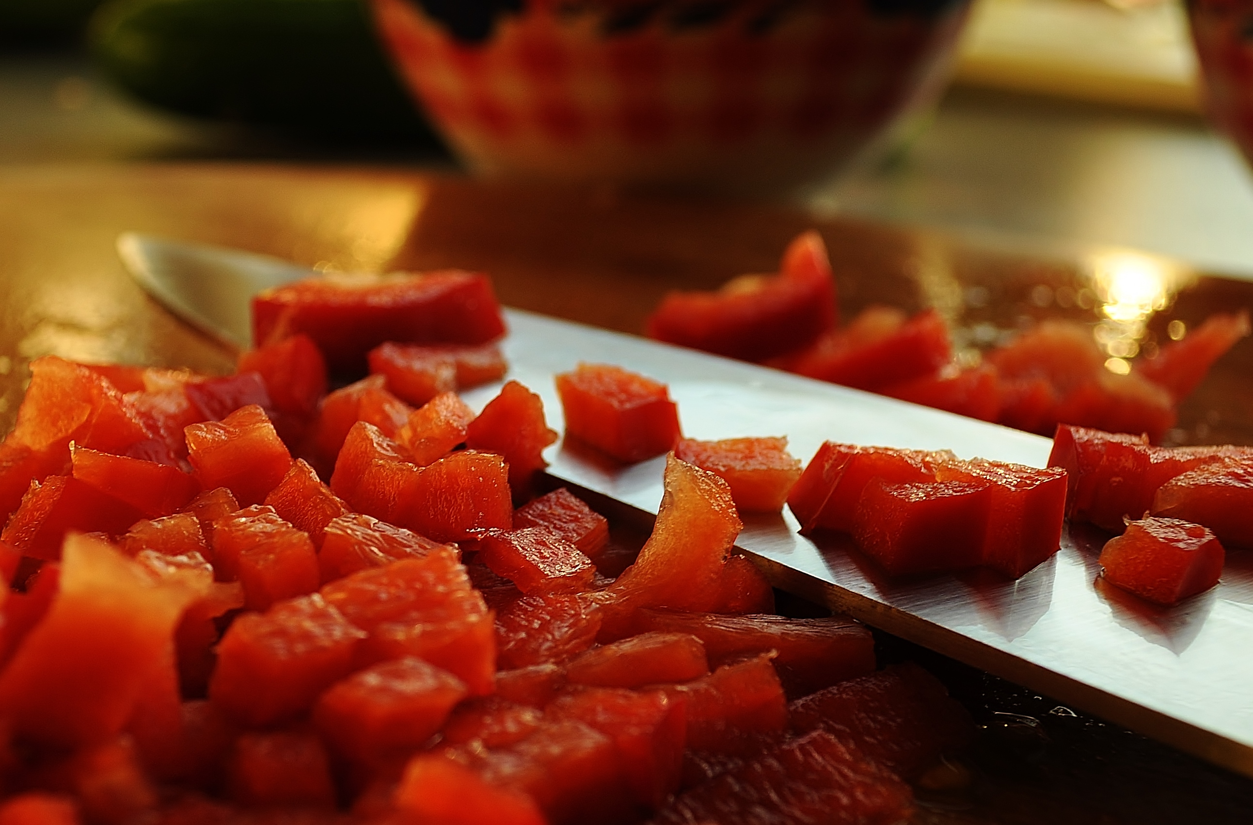 Knife-with-blocks-of-bell-pepper-license-free-CC0